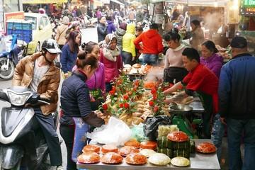 Người Hà Nội sắm tết ở 'chợ nhà giàu'