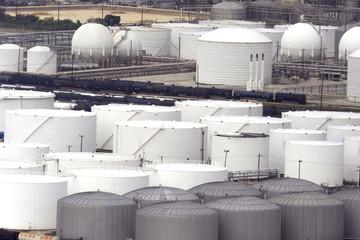 Giá dầu giảm, chờ số liệu lượng dầu lưu kho của Mỹ