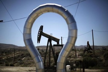 Đà giảm của giá dầu chững lại khi số giàn khoan của Mỹ giảm