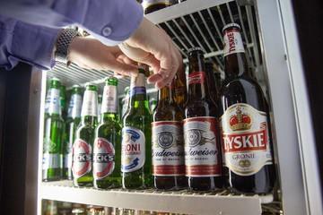 Trên đường thống trị ngành bia, Anheuser-Busch InBev bán thương hiệu Peroni và Grolsch cho người Nhật
