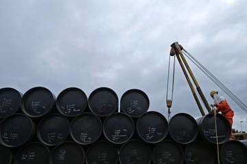 Giá dầu tăng 2% bất chấp tình trạng thừa cung