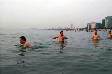 Hàng loạt cán bộ chủ chốt Đà Nẵng tắm biển để xóa tan tin đồn