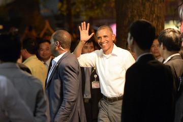 Tổng thống Obama đang thưởng thức bún chả tại phố cổ Hà Nội