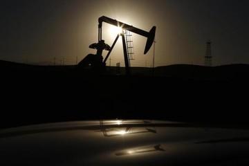 Giá dầu giảm sau bình luận của UAE, vẫn tăng 7% trong tháng 5