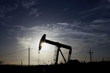 Giá dầu tăng, dầu Brent lại vượt ngưỡng 50 USD/thùng