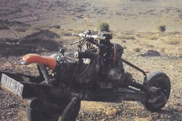 Tự chế mô tô từ ô tô hỏng để vượt qua sa mạc