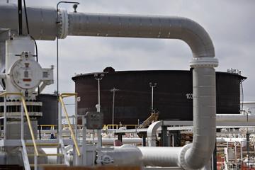Giá dầu tăng 3% khi khả năng Anh rời EU suy giảm