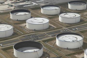 Giá dầu tăng 4% khi dầu lưu kho của Mỹ giảm