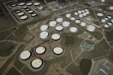 Giá dầu giảm 3% khi dầu lưu kho Mỹ bất ngờ tăng