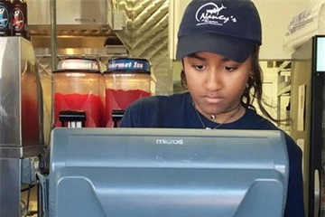 Tổng thống Obama cho con gái út phục vụ trong quán