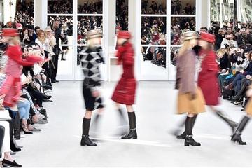 Khi sàn catwalk cũng trở thành shop thời trang