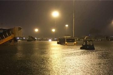Bên trong sân bay Tân Sơn Nhất ngập nước