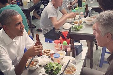 Xem video Tổng thống Obama dùng tay thay đũa gắp bún chả ăn ở Việt Nam
