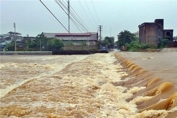 Lũ trên các sông ở miền Trung đang diễn biến phức tạp