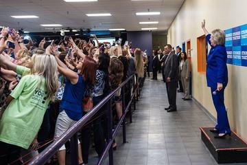 Bức ảnh lạ lùng về bà Hillary cho thấy