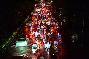 Dân TP.HCM lóp ngóp trong trận ngập nặng nhất từ đầu mùa
