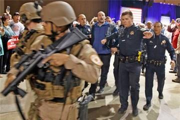 Mật vụ Mỹ vội hộ tống Trump khỏi sân khấu vì mối đe dọa