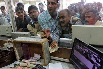 Ấn Độ đóng cửa ngân hàng toàn quốc chờ in tiền mới