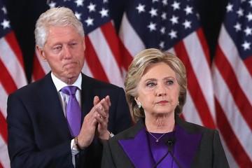 Thông điệp từ màu sắc trang phục của bà Clinton trong diễn văn bại trận