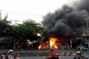 Hơn 40 xe bị thiêu rụi trong vụ cháy cây xăng ở Sài Gòn