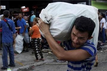 Người Trung Quốc ở Venezuela phải quăng tiền vì sợ bị cướp