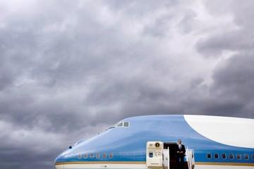Sau cuộc gặp với Donald Trump, Boeing hạ giá phi cơ Air Force One