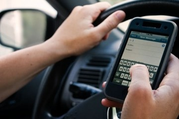 Dùng điện thoại khi lái ô tô sắp bị phạt đến 800 nghìn đồng