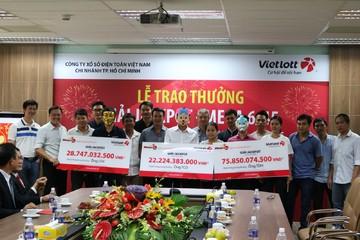 Khách hàng trúng Vietlott 28,7 tỷ đồng đã đến nhận thưởng