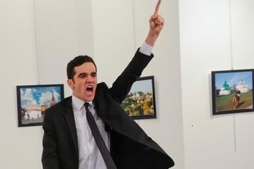 Bức ảnh chụp kẻ bắn chết đại sứ Nga giành World Press Photo 2017