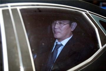 Phó chủ tịch Samsung bị bắt, giá cổ phiếu giảm, công ty hoãn kế hoạch cải tổ
