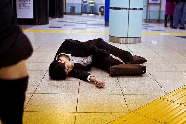 Qúa nhiều người chết vì kiệt sức, Nhật Bản cắt giảm giờ làm có đem lại hiệu quả kinh tế?