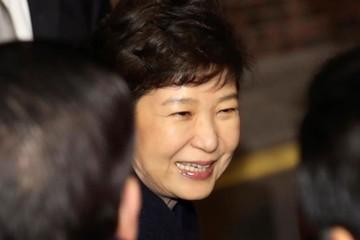 Tổng thống bị phế truất của Hàn Quốc trở về nhà