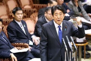 Hiệu trưởng ra làm chứng, bê bối đe dọa lật đổ Abe