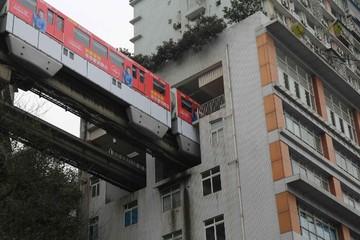 Siêu tàu điện 'biến mất' qua các căn hộ tại 'phố núi' của Trung Quốc