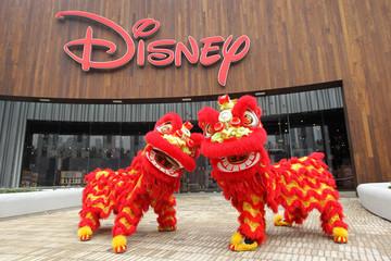 """Trung Quốc """"nhái"""" búp bê, ba lô và cả công viên Disney"""