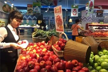 Hoa quả mác ngoại giá rẻ tràn vào siêu thị