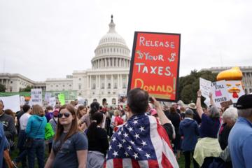 Dân Mỹ biểu tình đòi xem tờ khai thuế của Trump