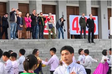 Mặc tàu chiến Mỹ, Triều Tiên vẫn tưng bừng kỷ niệm