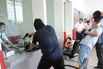 Dùng súng uy hiếp, cướp 2 tỷ đồng tại ngân hàng Vietcombank
