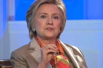 """Hillary Clinton """"dốc hết ruột gan"""", công khai buộc tội Trump"""