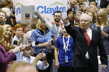 Người hâm mộ tranh nhau đi dự đại hội cổ đông của Buffett