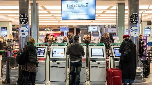 Mỹ xem xét mở rộng lệnh cấm mang laptop lên máy bay đối với các chuyến bay từ châu Âu