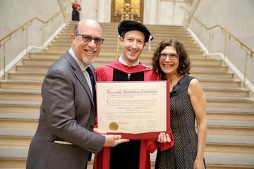Mark Zuckerberg nhận bằng tốt nghiệp Harvard sau hơn chục năm bỏ học