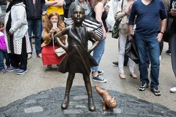 Khó chịu vì bức tượng cô gái phố Wall, nghệ sĩ đặt thêm tượng chú cún bên cạnh