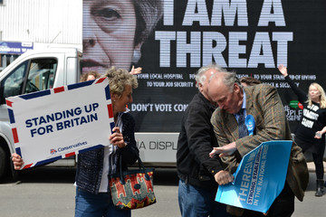 """Người Anh hô hào không bầu cho """"nữ tướng"""" Theresay May"""