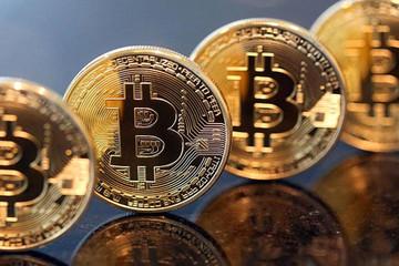 Bitcoin lập kỷ lục mới, chạm ngưỡng 3.000 USD/Bitcoin