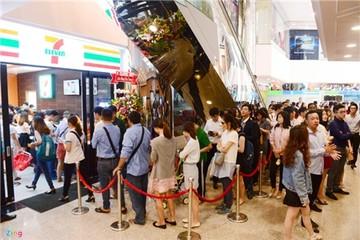 Xếp hàng dài mua bánh mì, nước trái cây ở 7-Eleven Sài Gòn