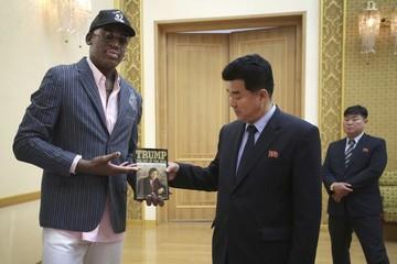 Siêu sao bóng rổ Mỹ tặng sách của Tổng thống Trump cho Nhà lãnh đạo Triều Tiên