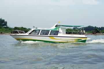 Giá vé buýt đường sông Bạch Đằng - Linh Đông là 15.000 đồng/lượt
