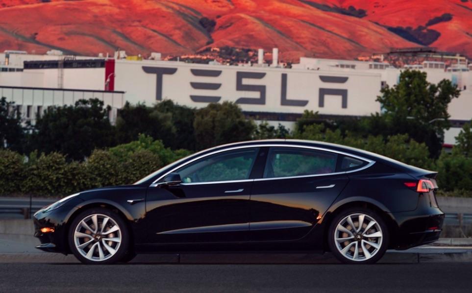 """Lộ hình ảnh chiếc Tesla Model 3 """"mới ra lò"""" đầu tiên"""